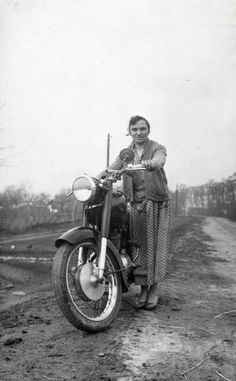Vintage Trucks womenwhoride: Woman with Hungarian motorcycle, Pannonia, - Vintage Love, Vintage Cars, Vintage Photos, Vintage Ladies, Vintage Trends, Vintage Designs, Vintage Ideas, Floating Head, Classic Chevy Trucks
