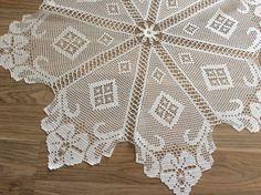 Sehpa örtüsü güzel bir örnek Crochet Dollies, Crochet Doily Patterns, Baby Knitting Patterns, Crochet Motif, Crochet Stitches, Filet Crochet, Crochet Art, Crochet Home, Mantel Redondo