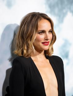 Natalie Portman attended the premiere of Lucy in the sky in LA September Medium Hair Styles, Curly Hair Styles, Glamorous Hair, Corte Y Color, Brown Blonde Hair, Long Bob Hairstyles, Textured Hair, Hair Trends, New Hair