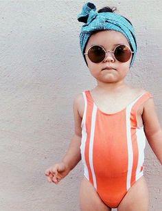 Turban + lunettes de soleil rondes + maillot une pièce sportswear = le bon mix