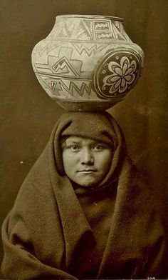 Native American Women, American Indians, Photo Timeline, Old Photos, Nativity, The Past, Statue, Black And White, History