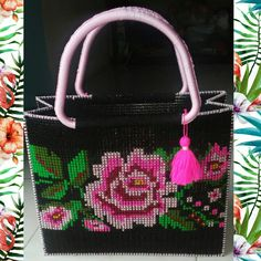 Plastic Canvas Crafts, Plastic Canvas Patterns, Handmade Handbags, Handmade Bags, Crochet Tote, Free Crochet, Crochet Snowflake Pattern, Bag Pattern Free, Canvas Purse