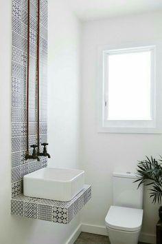 Azulejos en baño. No forzosamente los azulejos deben ir en una pared completa o en el piso de algún espacio, sino que puede verse bien también de otra forma; en este caso solo una larga tira en la cual se apoya el lavabo, en tonos neutros. Me gusta, ya que es además un diseño un poco industrial y contemporáneo.