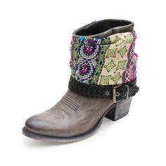 11144 Sara Salvaje Acacia Us Negro Betun Pañuelo. Maravillosas botas Sendra Boots en cuero marrón, con un pañuelo que le da un toque colorido y moderno. Son ideales para lucir con leggins o vaqueros pitillo. Wonderful Sendra boots in brown leather, they come with a handkerchief which adds a colorful and modern touch. They are ideal to wear with leggings or skinny jeans.  #ShopBoots #Botasonline #botas #boots #Sendra