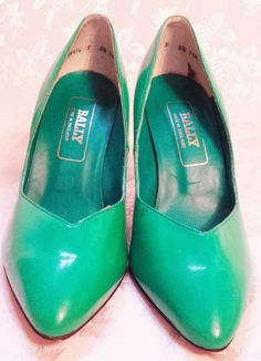 Hey, I found this really awesome Etsy listing at https://www.etsy.com/listing/221709775/stunning-bright-green-leather-court