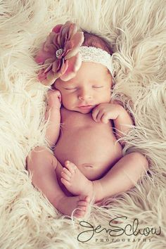40 Adorable Newborn Photography Ideas For Your Junior - Newborn pictures - Bebe Baby Poses, Newborn Poses, Newborn Shoot, Newborn Baby Photography, Children Photography, Newborns, Girl Poses, Photography Ideas Kids, Maternity Photography