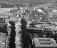 1929. Boters a vista d'aeroplà, de Josep Gaspar i Serra (ICC).   El passeig era presidit per l'antiga presó de la ciutat. A dalt de tot, sobresurt l'espadanya de Sant Martí. En primer terme, a l'esquerra els edificis modernistes que encara avui consevem, i a la dreta els claustres de l'edifici de la Maternitat.