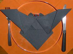 Pliage de serviette chauve-souris, plier une serviette de table en papier, réaliser une chauve-souris en papier, pliage de serviette de table en papier en forme de chauve-souris