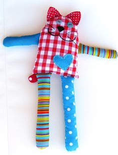 Tutorials for Easy sewing projects for kids' toys. Nice ideas for fabric toys, very good for starters.Sewing Toys Bernie the cat toy free sewing - 15 Fun and Easy Sewing Projects for Kids. These starter sewing projects will help kids learn and develo Fabric Toys, Fabric Scraps, Scrap Fabric, Sewing For Kids, Free Sewing, Hand Sewing, Sewing Toys, Sewing Crafts, Doll Crafts