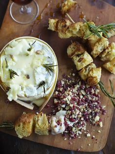 Camembert Recipes, Baked Camembert, French Food At Home, Roasted Chicken And Potatoes, Cranberry Cheese, Baked Cheese, Beef Bourguignon, Juicy Fruit, Cheese Recipes