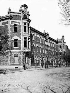 La Escuela de Matronas y Casa de Salud Santa Cristina, inaugurada por Alfonso XIII en 1924.  Situada en la calle O'Donell. Actualmente Hospital Universitario Santa Cristina.