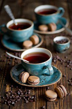 Tasses à café turquoise avec macarons sur une table couleur marron #teal #turquoise