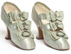 Paar Schuhe, Hellstern & Sons, Paris, Satin-Stickperlen - Just pretty - Edwardian Shoes, Victorian Shoes, Edwardian Era, 1900s Fashion, Edwardian Fashion, Fashion Vintage, Antique Clothing, Historical Clothing, Marie Antoinette
