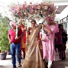 Are you looking for different styles of Phoolon Ki Chadar for your wedding? Here, find the most beautiful Phoolon Ki Chadar ideas for a bridal entry. Bollywood Wedding, Sikh Wedding, Wedding Mandap, Wedding Shawl, Wedding Reception, Wedding Trends, Wedding Styles, Wedding Ideas, Wedding 2017