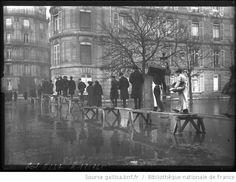 31-1-1910, avenue Montaigne [inondations de Paris, 8e arrondissement, file de personnes marchant sur les planches sur pilotis] : [photographie de presse] / [Agence Rol] - 1