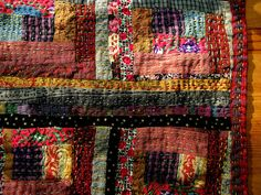 ♥ Wow I love this log cabin quilt, love the dark warm colors and hang quilting