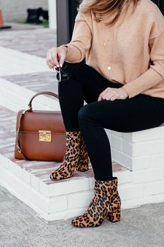 camel sweater, black jeans, leopard booties, brown leather bag, and black sunglasses fall ootd style 841117667885195002 Black Women Fashion, Look Fashion, Womens Fashion, Fashion Trends, Fashion Beauty, Hipster Outfits, Trendy Outfits, Cute Outfits, Hipster Clothing