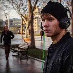 هدفون رازر Razer Headphone Adaro Stereo ....  برای خلق هدفونی کامل برای گوش دادن به موسیقی، ریزر طراحی این محصول را با در نظر داشتن سه چیز آغاز کرده است: صدایی غیر قابل مقایسه، راحتی در استفاده به مدت طولانی و قابل حمل بودن و در عین حال محکم و بادوام. و Adaro Stereo نشان میدهد که ریزر این کارها را درست انجام داده است.