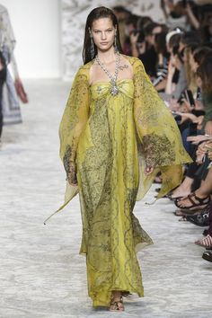 http://www.vogue.de/fashion-shows/kollektionen/fruehjahr-2018/mailand/etro/runway/kim_1777