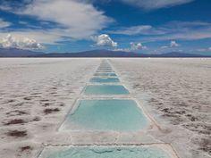 Salinas Grandes es un inmenso desierto de sal en Argentina. El campo de 2,300 kilómetros cuadrados está lleno de charcos creados por las empresas mineras que extraen la sal de allí. turismo