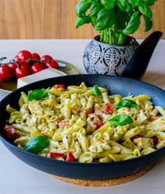 Pasta pesto med kyckling - ZEINAS KITCHEN Pasta Med Pesto, Pesto Tortellini, Pasta Salad, Easy Healthy Recipes, Vegetarian Recipes, Zeina, Vegan Dinners, Food Allergies, Pasta Dishes