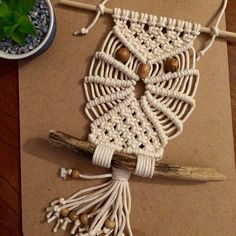 Gorgeous and perfect Credit stringandbeads - Whooo doesn t love a macrame owl Macrame Colar, Macrame Owl, Macrame Jewelry, Macrame Wall Hanging Diy, Macrame Projects, Macrame Patterns, Weaving, Crafty, Mandala