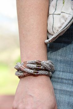 Texo Cuff was designed for the very first Lola's Choice Kit! Lola was in the mood to play with neutral colors and beaded I-Cord, but in a whole new way! Hand Knitting, Knitting Patterns, Crochet Patterns, Crochet Ideas, Crochet Tutorials, Knitting Ideas, I Cord, Floral Hoops, Pink Cotton Candy
