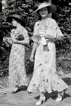 18 Elegant Glass Plate Negatives of Ladies in Dresses From the ~ vintage everyday 1930s Fashion, Vintage Fashion, Retro Fashion, Women's Fashion, Old Photos, Vintage Photos, Antique Photos, Mode Vintage, Vintage Style