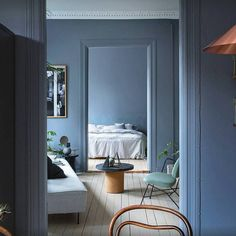The classy Modern line sofa by @gubiofficial in the beautiful home of stylist duo @kraakvikdorazio #ibutikken #modernlinesofa #gubi #houzoslo