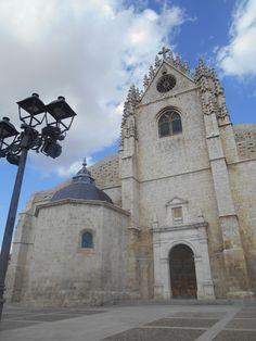 Antigua Capilla del Monumento  y Frontón de fachada occidental con rosetón y vidriera. La Puerta de San Antolín fue restaurada por el arquitecto Francisco Chueca Goiti.