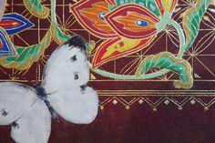 Artist:中村祐子(Yuko Nakamura) No5 part4 截金展 動画  https://vimeo.com/95088832  こちらは、中村裕子さんの作品No.5のアップ画像です。葉の縁などはさらに細かい絵の具を塗り、さらに金泥を塗り重ねて、あとから瑪瑙で磨くことで、截金や金箔を貼るのとは異なる、抑えめな光が表現されています。 こういう細かい技法について知ると、ますます截金という技法のすばらしさに気づかされますが、本当に人間業とは思えない作品です。本物をぜひご覧頂きたいです。