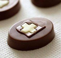 Eat swiss chocolate from a real Swiss Chocolatier. Swiss Chocolate, Chocolate Heaven, Chocolate Shop, Chocolate Macaroons, Chocolate Desserts, Swiss Style, Chocolates, Chocolate Biscuits, Delicious Chocolate