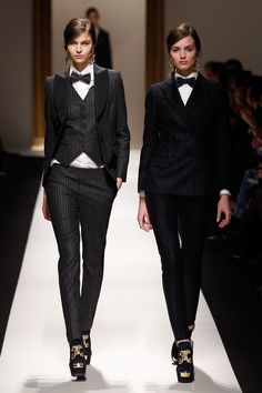 Moschino fall/winter fashion show - I love women in suits, I think it's so classy Androgynous Fashion, Tomboy Fashion, Look Fashion, Womens Fashion, Fashion Trends, Androgyny, Fashion Goth, Fall Fashion, Estilo Gangster