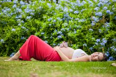 book gestante rj gravida deitada na grama sapatinho bebe na mae peninsula barra da tijuca