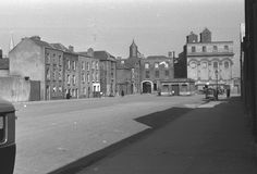 Area laid out by the Earl of Meath in late century on granting of licence for market place. Liberty senechal would oversee trade. Entrance to St. Luke's church on left at the end before the big coaching archway. Dublin Street, Dublin City, Old Pictures, Old Photos, Photo Engraving, Dublin Ireland, 17th Century, The Good Place, Liberty