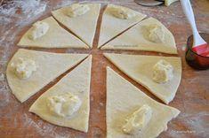 Cornuri pufoase din aluat dospit umplute cu crema de vanilie   Savori Urbane Deserts, Pie, Food, Torte, Cake, Fruit Cakes, Essen, Postres, Pies