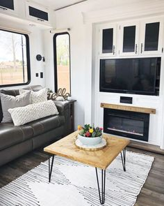 An RV camper interior renovation ideas is a superb way of traveling comfortably. It's now prepared for the client to enjoy camping at the VW indicates he is planning to attend! RV Camping is an immense family experience. Farmhouse Remodel, Farmhouse Style, Rustic Farmhouse, Farmhouse Ideas, Pimp My Caravan, Ikea, Camper Storage, Rv Campers, Camper Life