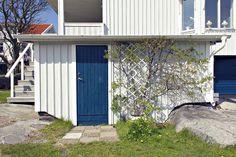 Havsblå källardörr.