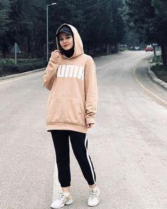 hijab chic Görüntünün olası içeriği: 1 kişi, ayakta ve açık hava. Stylish Hijab, Modest Fashion Hijab, Modern Hijab Fashion, Street Hijab Fashion, Casual Hijab Outfit, Hijab Fashion Inspiration, Hijab Chic, Muslim Fashion, Mode Inspiration
