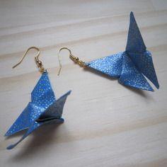 Boucles d'oreille papillon en origami de papier japonais bleu et doré