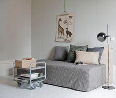 DIY, transformez un matelas et un sommier tapissier en canapé aux lignes pures, à l'aide d'une housse et de quelques coussins !