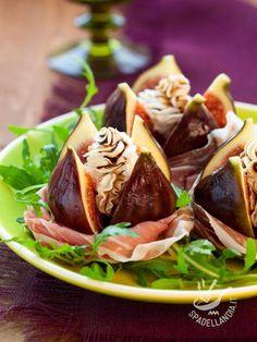 Figs stuffed with cheese - I Fichi farciti al formaggio e prosciutto sono un antipasto che vi farà fare un figurone con i vostri commensali con poco sforzo e tempo di preparazione! #fichifarciti