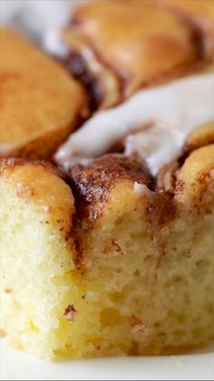 Cinnamon Roll Sheet Cake is ready to devour in just 30 minutes and will make your whole house smell like cinnamon rolls! Cinnamon Roll Sheet Cake is ready to devour in just 30 minutes and will make your whole house smell like cinnamon rolls! Köstliche Desserts, Delicious Desserts, Dessert Recipes, Yummy Food, Angel Food Cake Desserts, Cream Cheese Desserts, Crock Pot Desserts, Filipino Desserts, Tasty