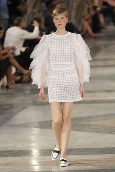 Chanel Cruiser 2017 in Havanna - White dress with big tulled sleves