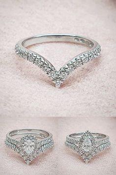 Sandbergin Joenmutka-malliston tuorein uutuus sopii hyvin hieman erikoisempienkin muotojen rinnalle. M-320w sormuksessa on 17 timanttia, yhteispainoltaan 0,25ct H-vs, suositusvähittäishinta 1.395 € 14K valkokultaisena. Pienemmissä kuvissa M-320w sormuksen parina on Toivomuslähde-sarjan pisarahalosormus V-960w. Heart Ring, Rings, Jewelry, Fashion, Moda, Jewlery, Jewerly, Fashion Styles, Ring