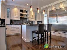 Idées déco pour la cuisine ! Style contemporain, armoires blanches, petit îlot central, dosseret en céramique grise.