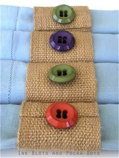Ink Blots & Polka Dots: Napkin Rings from Jute Webbing Sewing Projects, Craft Projects, Burlap Crafts, Napkin Folding, Button Crafts, Cloth Napkins, Decoration Table, Craft Sale, Napkin Holders