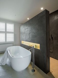 The layout with the bath in front of the walk in bath. That cut out in the wall.