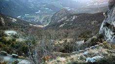 Le#ChallengeVercors change de route !  Les rochers de Presles se dressent au-dessus des gorges de la Bourne. En guise de rochers cest un défilé de falaises grises blanches et ocres qui ondule sur 6 km de long. Grandiose nous irons en prendre plein les yeux depuis #lescoulmes. Haut et vertical la route ne vous laissera pas insensible à la douleur avant d'atteindre le km 18 du col le plus difficile du #Vercors : le Mont Noir.  #iamspecialized #FeedYourAdventure #LesRoutesDuVercors…