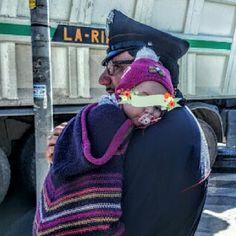 """Postata dallo chef Gigi Mangia, la foto di Cosimo Giuliani, il carabiniere che coccola la piccola Alice, coinvolta in un incidente a Palermo diventa virale: """"ho pensato ai miei gemelli"""", racconta, incredulo del tam tam."""